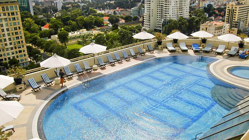 Hồ bơi tại khách sạn Sofitel Plaza